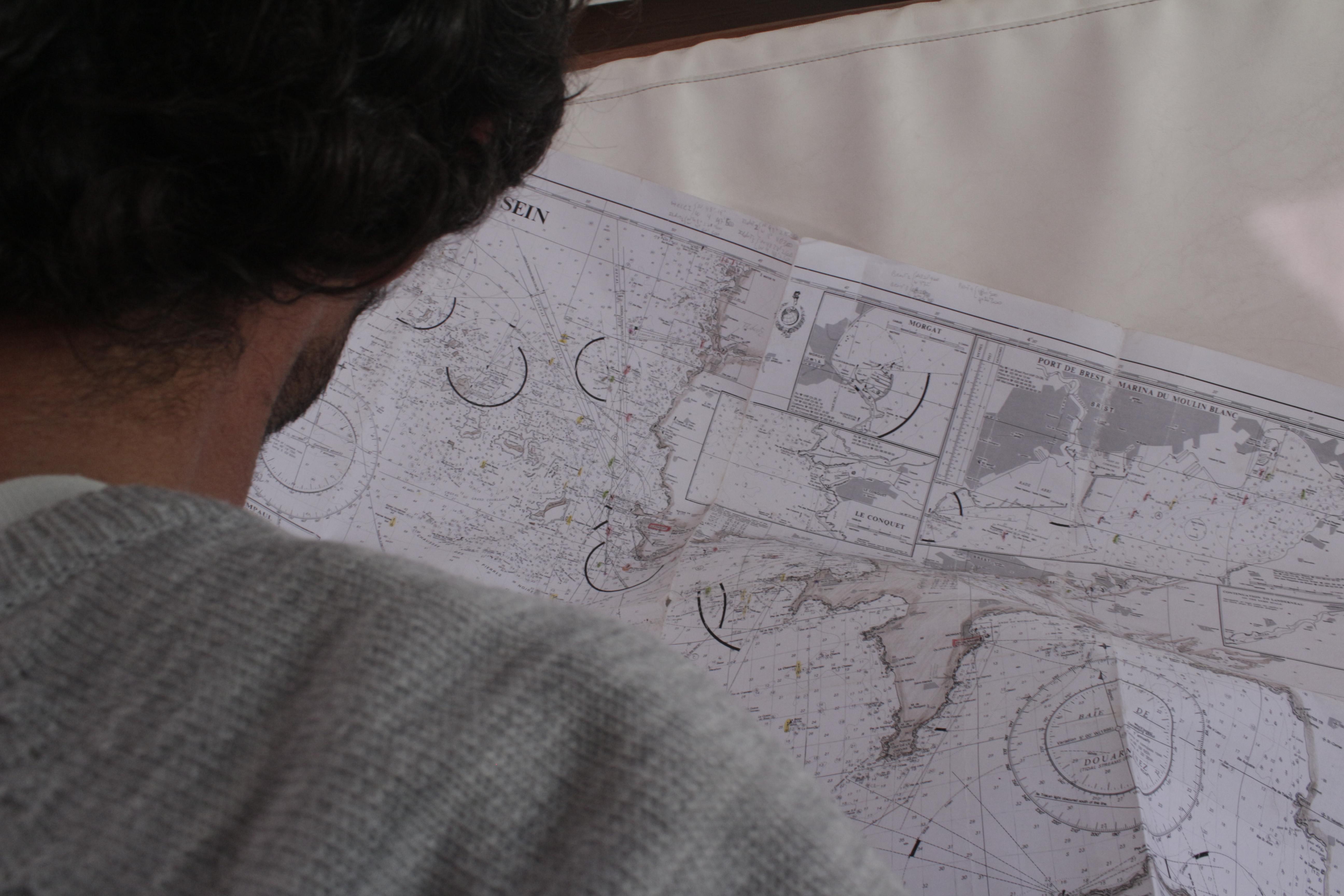 Dario en train d'étudier la carte du Raz de Sein